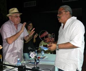 Pedro de la Hoz (derecha) recibió el premio de manos de Ciro Benemelis. Foto: Marianela Dufflar.