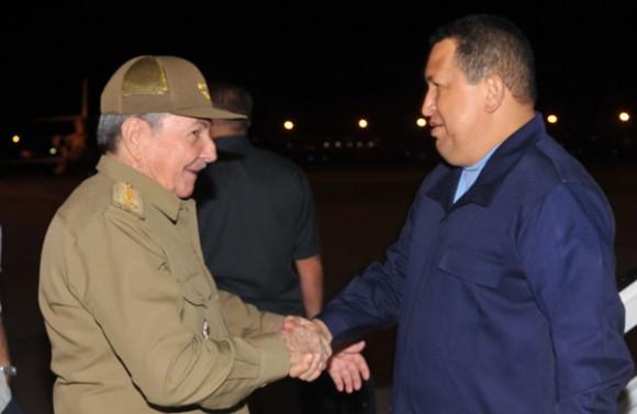 El presidente venezolano Hugo Rafael Chávez fue recibido por su homólogo cubano Raúl Castro Ruz. Foto: Estudios Revolución