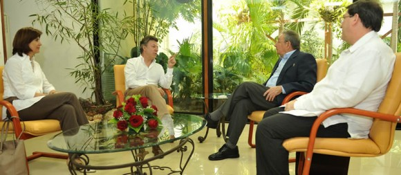 Raúl Castro y Juan Manuel Santos, junto a los cancilleres de Cuba y Colombia: María Ángela Holguín y Bruno Rodríguez Parrilla. Foto: Presidencia de Colombia