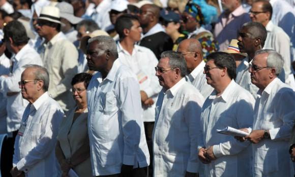 El General de Ejército Raúl Castro (tercero de der. a izq.), presidente de los Consejos de Estado y de Ministros de Cuba, junto a dirigentes del Partido y gobierno cubano, asiste a la Santa Misa, oficiada por el Papa Benedicto XVI, en la Plaza de la Revolución José Martí, en La Habana, Cuba, el 28 de marzo de 2012. AIN FOTO/ Marcelino VÁZUQEZ HERNÁNDEZ/