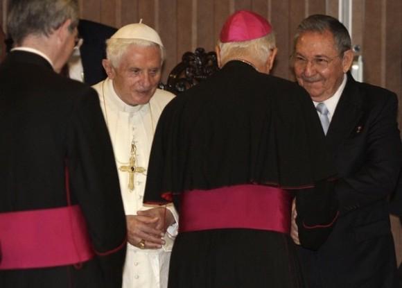 Raúl despide a Benedicto XVI en el Aeropuerto José Martí. Foto: AP
