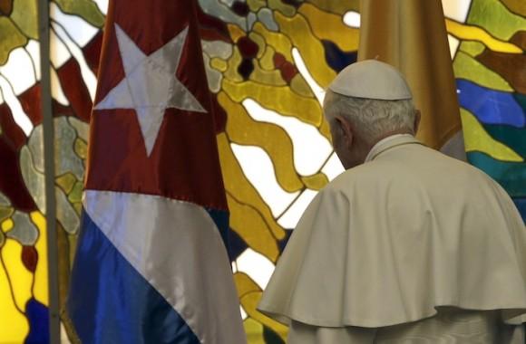 Raúl Castro recibe a Benedicto XVI en el Palacio de la Revolución. Foto: Ismael Francisco/ Cubadebate