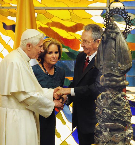 El General de Ejército Raúl Castro, presidente de los Consejos de Estado y de Ministros de Cuba, obsequia la replica de la Caridad del Cobre a Su Santidad Benedicto XVI, en el Palacio de la Revolución, en La Habana, el 27 de marzo de 2012.   AIN    FOTO POOLL/Jorge Luis GONZÁLEZ/Periódico Granma