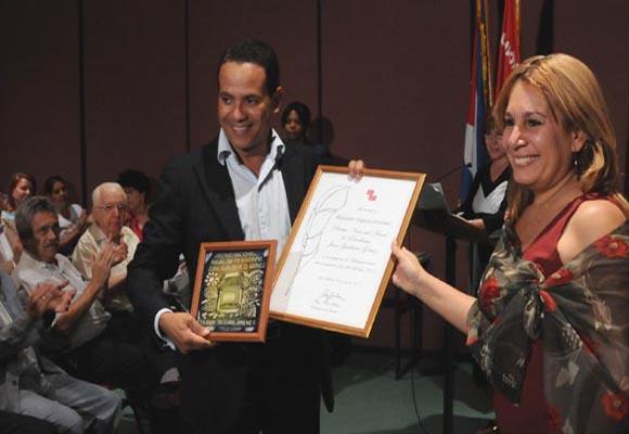 Rolando Segura, Premio Juan Gualberto Gómez en Televisión. Foto: Ismael Francisco González