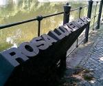 Monumento actual a Rosa Luxemburgo en la orilla de un canal del distrito de Tiergarten (sur de Berlín), lugar donde fue arrojado el cadáver de la líder comunista tras ser asesinada junto a su camarada Karl Liebknecht. El artista quiso plasmar el nombre de Rosa emergiendo de las aguas del canal como una alegoría del futuro.