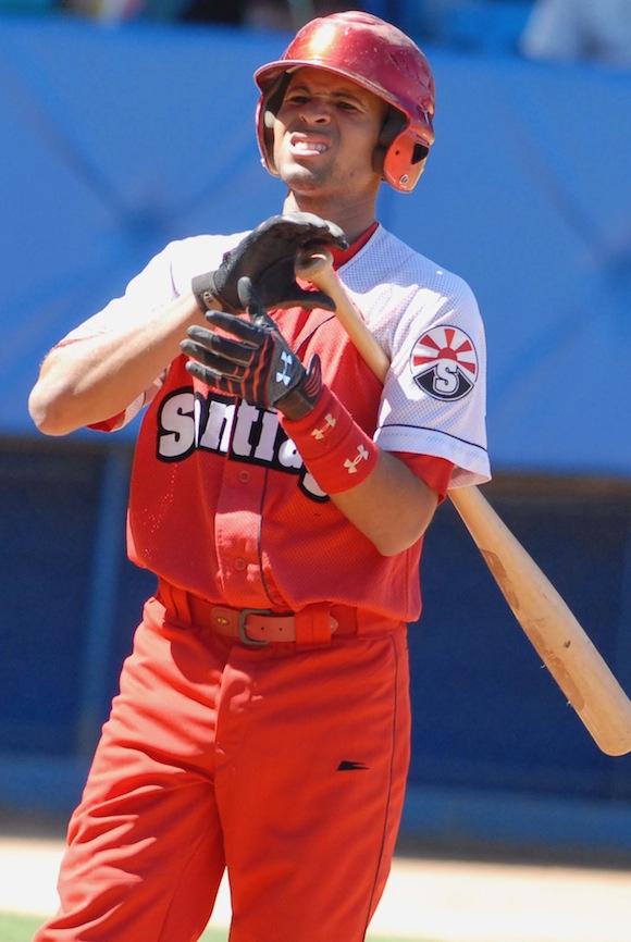 Maikel Castellanos cumple a cabalidad dos importantes funciones: defender el campo corto y cumplir como primer madero. Foto: Ricardo López Hevia