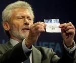 Paul Breitner en el sorteo de la Champions. Según Blatter, los sorteos de la Liga de Campeones podrían estar amañandos. Foto: Archivo.