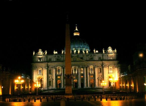 Vista nocturna de la Plaza de San Pedro y su basílica de noche. Construida en 1656 por Bernini, tiene forma elíptica con dos grandes semicírculos, formados por 284 gigantescas columnas dóricas y 88 pilares, coronados por 140 estatuas. Foto: Ismael Francisco/Cubadebates.
