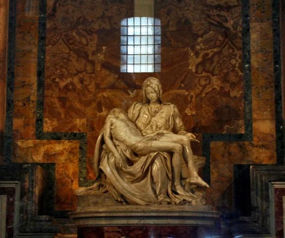 """Considerada por muchos la obra maestra de Miguel Ángel, la Pietà (del latín Pietà: """"Sentido del deber"""", """"Devoción hacia los dioses"""") fue esculpida por el artista en mármol entre los años 1498 y 1499 cuando el escultor contaba con apenas 24 años. Foto: Ismael Francisco/Cubadebates."""