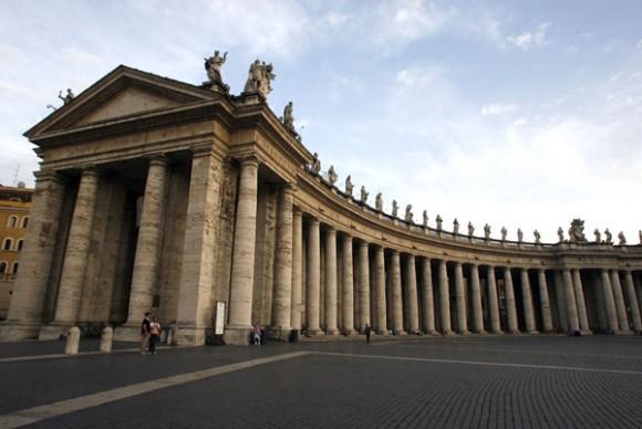 Las columnatas constan cada una de 284 columnas dóricas de 13 metros de altura acomodadas en 4 hileras. En la parte superior de las columnatas se encuentran 140 estatuas de diversos santos realizadas en los siglos XVII y XVIII. Foto: Ismael Francisco/Cubadebate.