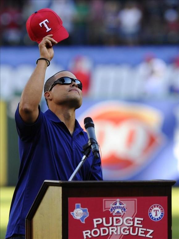 """Ivan """"Pudge"""" Rodríguez saluda a los aficionados durante la ceremonia de su retiro este lunes, antes de un partido entre Yanquis y Vigilantes por la MLB en el Rangers Ballpark de Arlington, Texas (EEUU).  Foto: EFE"""