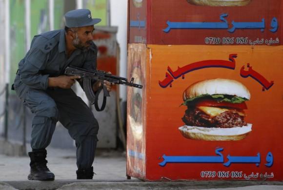 Un policía afgano toma posición en uno de los lugares atacados / OMAR SOBHANI (REUTERS)
