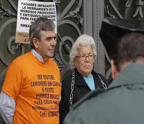 Anciana encadenada frente al Banco de España