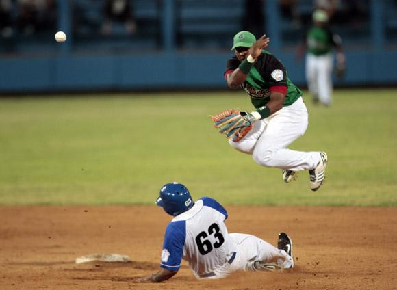Arruebarruena pone out a Serguei Pérez en segunda base. Foto: Ismael Francisco/Cubadebate