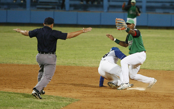 Tabares regresa quieto a segunda base. Foto: Ladyrene Pérez/Cubadebate.