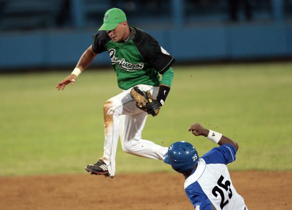 Darián González saca un gran out en segunda base.  Foto: Ismael Francisco/Cubadebate