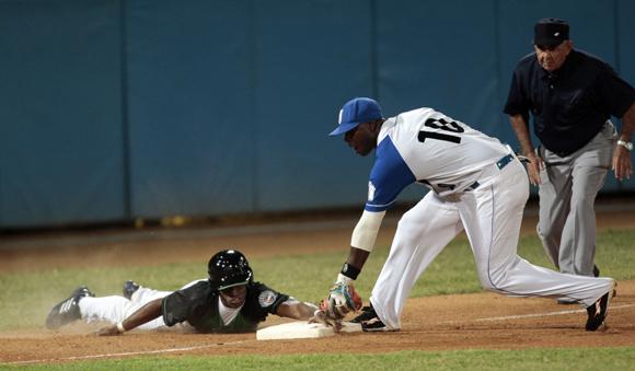 Leyva es quieto en tercera base.  Foto: Ismael Francisco/Cubadebate