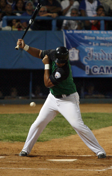 José Dariel Abreu recibe pelotazo. Foto: Ladyrene Pérez/ Cubadebate.