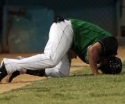 Pável Quesada recibe un fuerte pelotazo que lo saca del juego. Foto: Ismael Francisco/Cubadebate