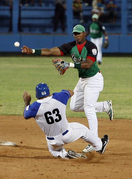 Arruebarruena pone out a Serguei Pérez en segunda base. Foto: Ladyrene Pérez/ Cubadebate.