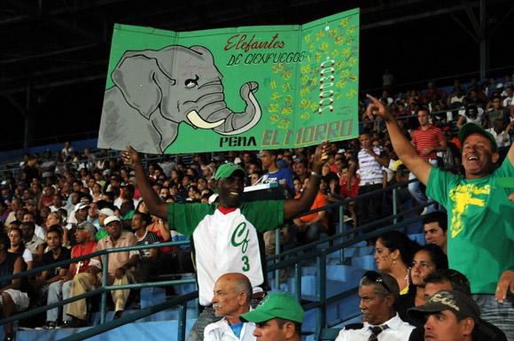 Aficionados cienfuegueros en el Latino. Foto: Ismael Francisco/Cubadebate