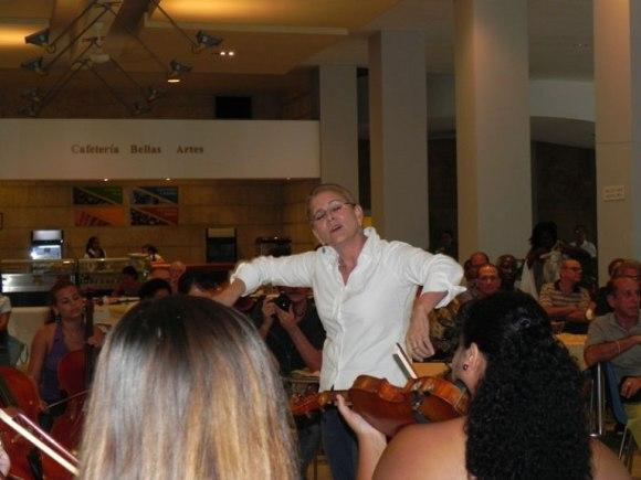 "La Camerata Romeu bajo la batuta de su directora Zenaida Romeu, interpretó de la obra ""Dos melodías op.53"", ""A la noruega"" y ""El primer encuentro"" de Edgard Grieg. Foto: Marianela Dufflar/Cubadebate"