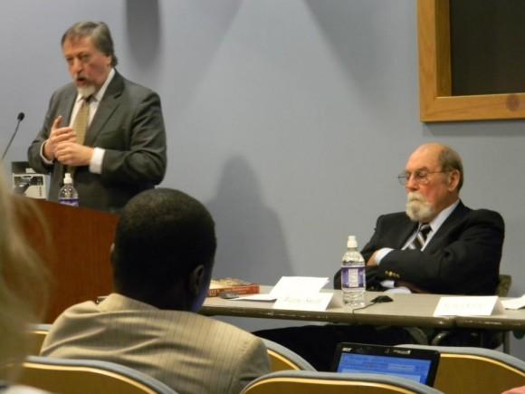 Kimber en el podio y Wayne Smith en la mesa, durante la presentación. Foto: Erick Fundora