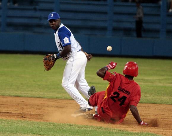 El segunda base capitalino Juan Carlos Torriente le entrega la bola al matancero Yasiel Santoya, quien se rego innecesariamente en la base. Foto: Ismael Francisco/Cubadebate