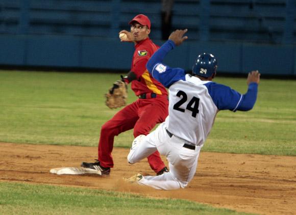 El segunda base de Matanzas Aníbal Medina, saca out en segunda a capitalino Yasmani Tomas. Foto: Ismael Francisco/Cubadebate
