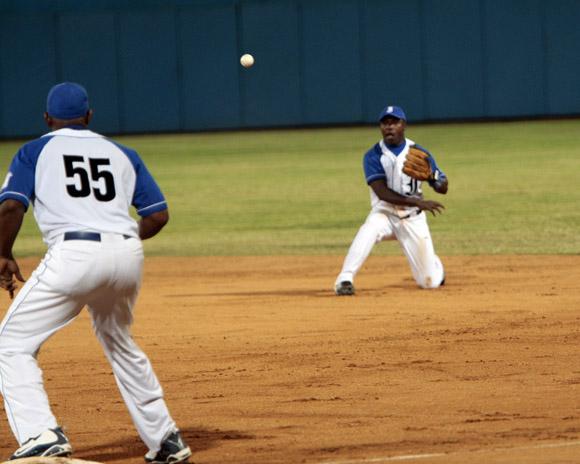 Una de las primeras jugadas del partido el segunda base de Industriales Juan Carlos Torriente saca out en primera base rodilla en tierra. Foto: Ismael Francisco/Cubadebate