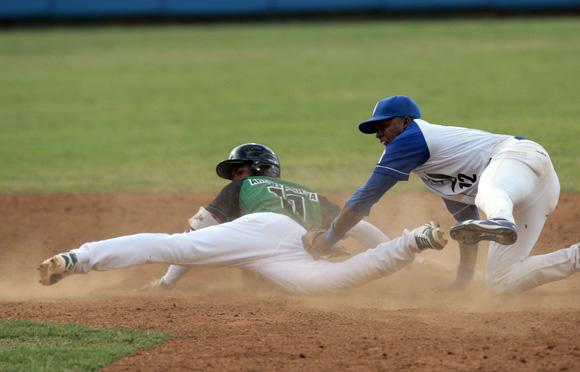 Arruebarruena es puesto Out en segunda base por Torrientes. Foto: Ismael Francisco/Cubadebate.