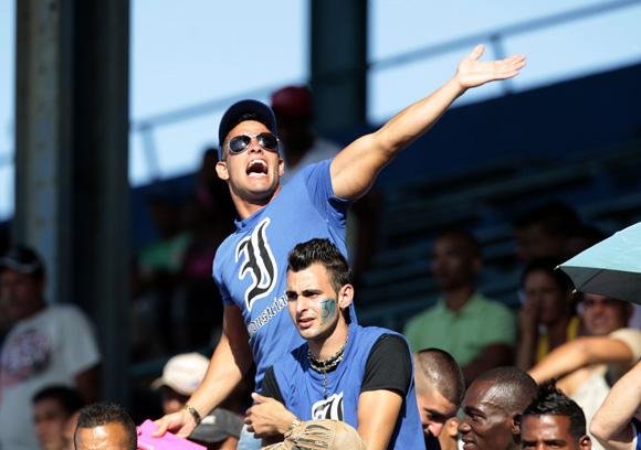 Aficionados en el Latino. Foto: ismael Francisco/Cubadebate.