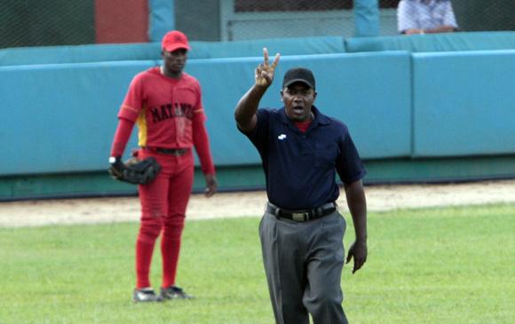 El árbitro señala que el batazo de Yulieski es Doble.  Foto: Ismael Francisco/Cubadebate.