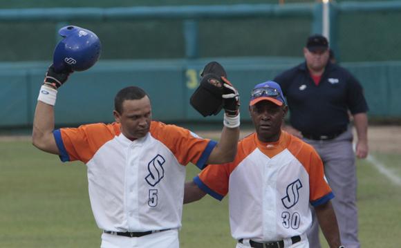 Eriel Sanchez molestisimo despues de ser out en primera base.  Foto: Ismael Francisco/Cubadebate.