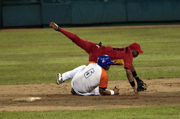 Eriel Sanchez, trata de impedir un doble play, pero el arbitro lo declara out. Foto: Ismael Francisco/Cubadebate.