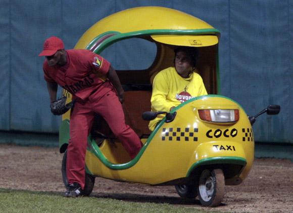 Coco Taxi para trae a los lanzadores. Foto: Ismael Francisco/Cubadebate.
