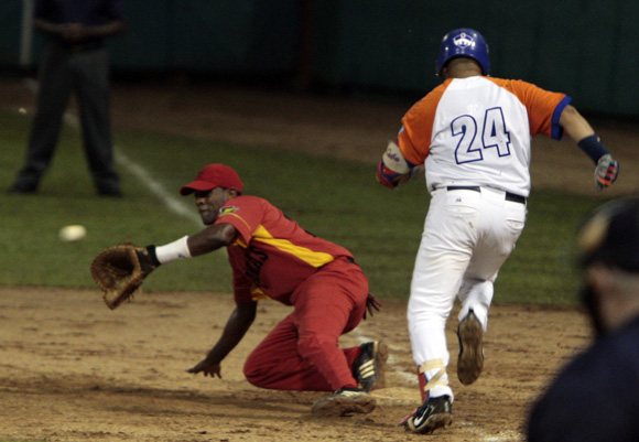 Cepeda llega a primera base. Foto: Ismael Francisco/Cubadebate.