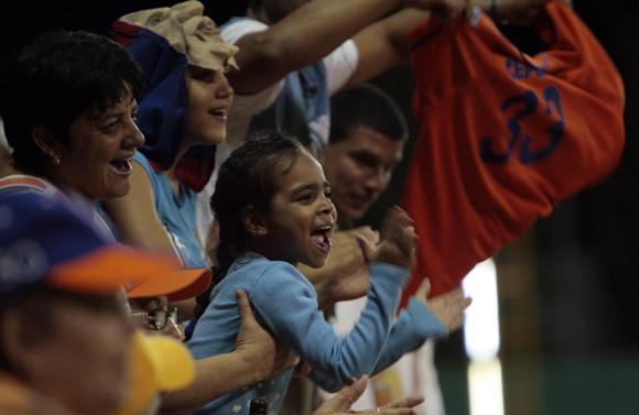 Aficonados celebran victoria de los Gallos. Foto: Ismael Francisco/Cubadebate.