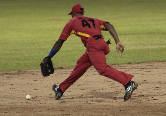 Gracial comete un error fatal para Matanzas en las postrimerias del juego. Foto: Ismael Francisco/Cubadebate.