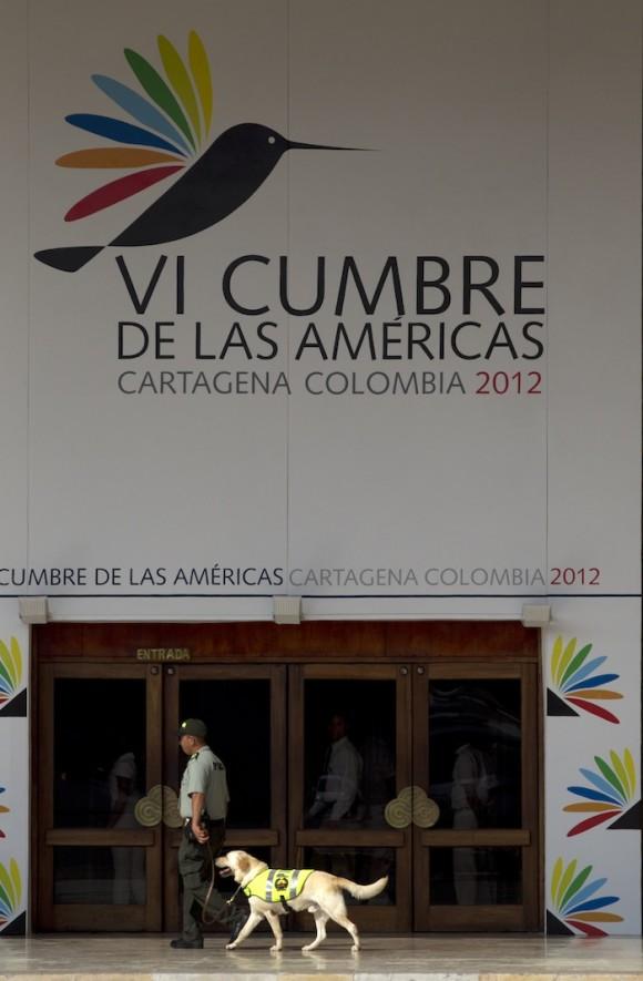 Un policía antiexplosivos con un perro en la entrada del Centro de Convención de Cartagena, Colombia, el 13 de abril de 2012. Foto: AP