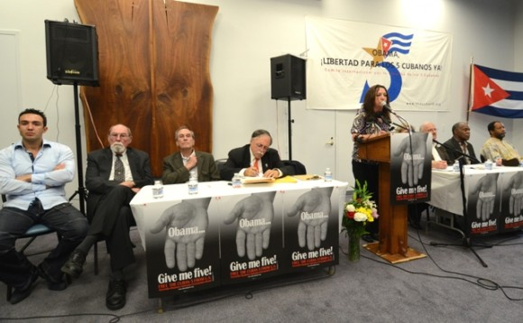El panel en el acto por los Cinco en Washington. Foto: Bill Hackwel