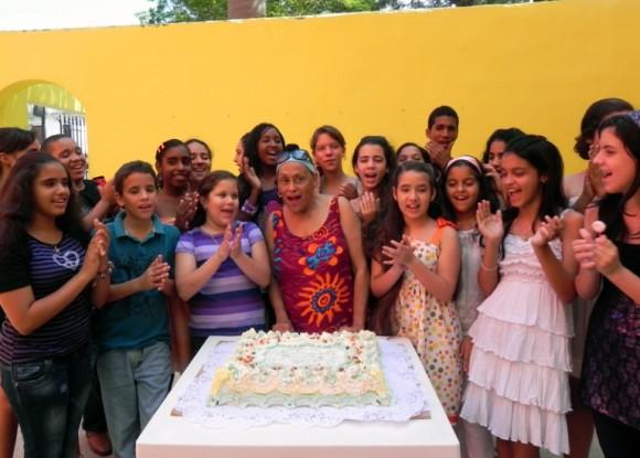 Portada. Integrantes del coro junto a Omara Potuondo. Foto: Marianela Dufflar/ Cubadebate