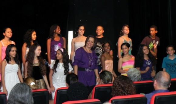 """El Coro Diminuto y su directora Carmen Rosa López en la presentación del disco """"Columpio"""" de Bis Music. Foto: Marianela Dufflar/Cubadebate"""
