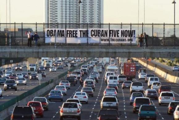 Enorme cartel por los Cinco cubanos en una autopista del norte de California.