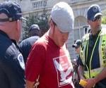 Uno de los detenidos, tras operativo de la Policía