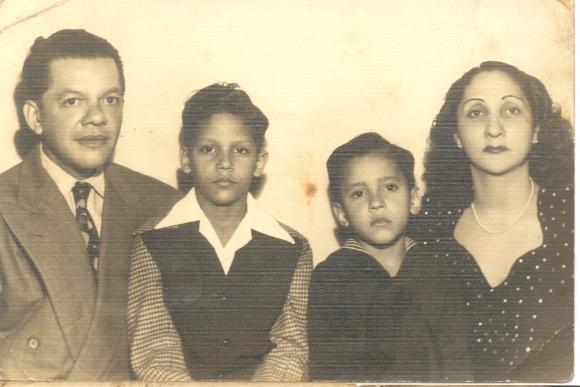 De izq. a derecha: Francisco Formell Madariaga, Francisco Formell (hijo mayor), Juan Formell (hijo menor) y su esposa, María Cortina. Foto: Archivo familiar