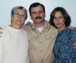 Fernando junto a su madre y su esposa, Magali Llort y Rosa Aurora.