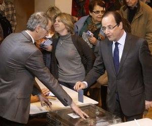 Francois Hollande, candidato por el Partido Socialista, votando en las elecciones presidenciales francesas