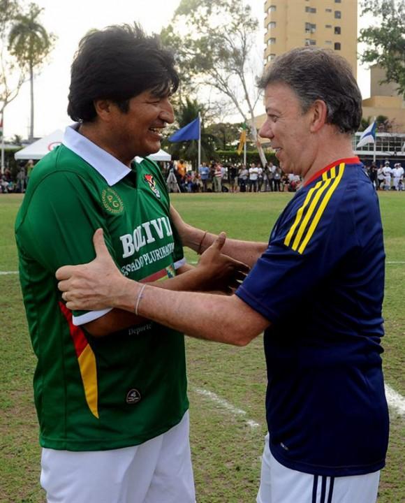 Santos y Evo Morales juegan fútbol antes de asistir a la Cumbre de las Américas