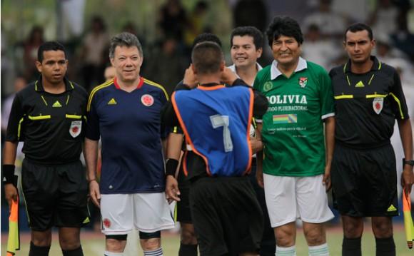 Fotografías cedidas por la presidencia colombiana, muestran al mandatario Juan Manuel Santos y a su homólogo Evo Morales antes de un partido de fútbol en Cartagena (Colombia).